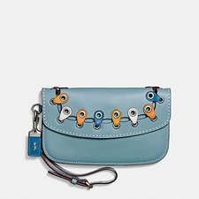 Picture of CLUTCH WITH COACH LINK DETAIL IN GLOVETANNED LEATHER